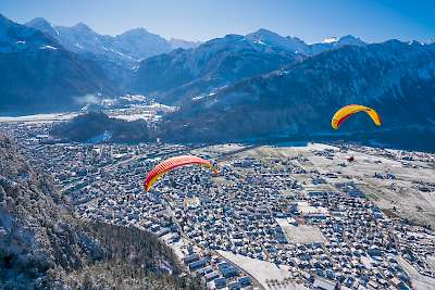 /site/assets/files/1043/paragliding-winter-interlaken-mike-kaufmann-06811.jpg